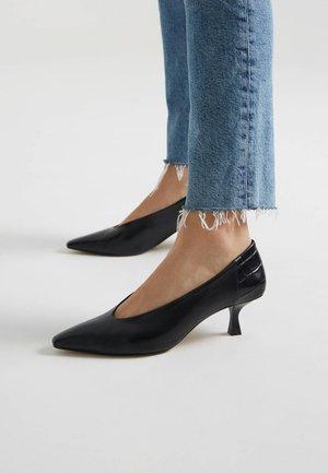 MIT KROKOPRÄGUNG  - Classic heels - black