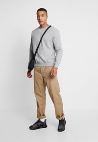 Nike Sportswear - CLUB - Sweatshirts - grey heather/white - 1