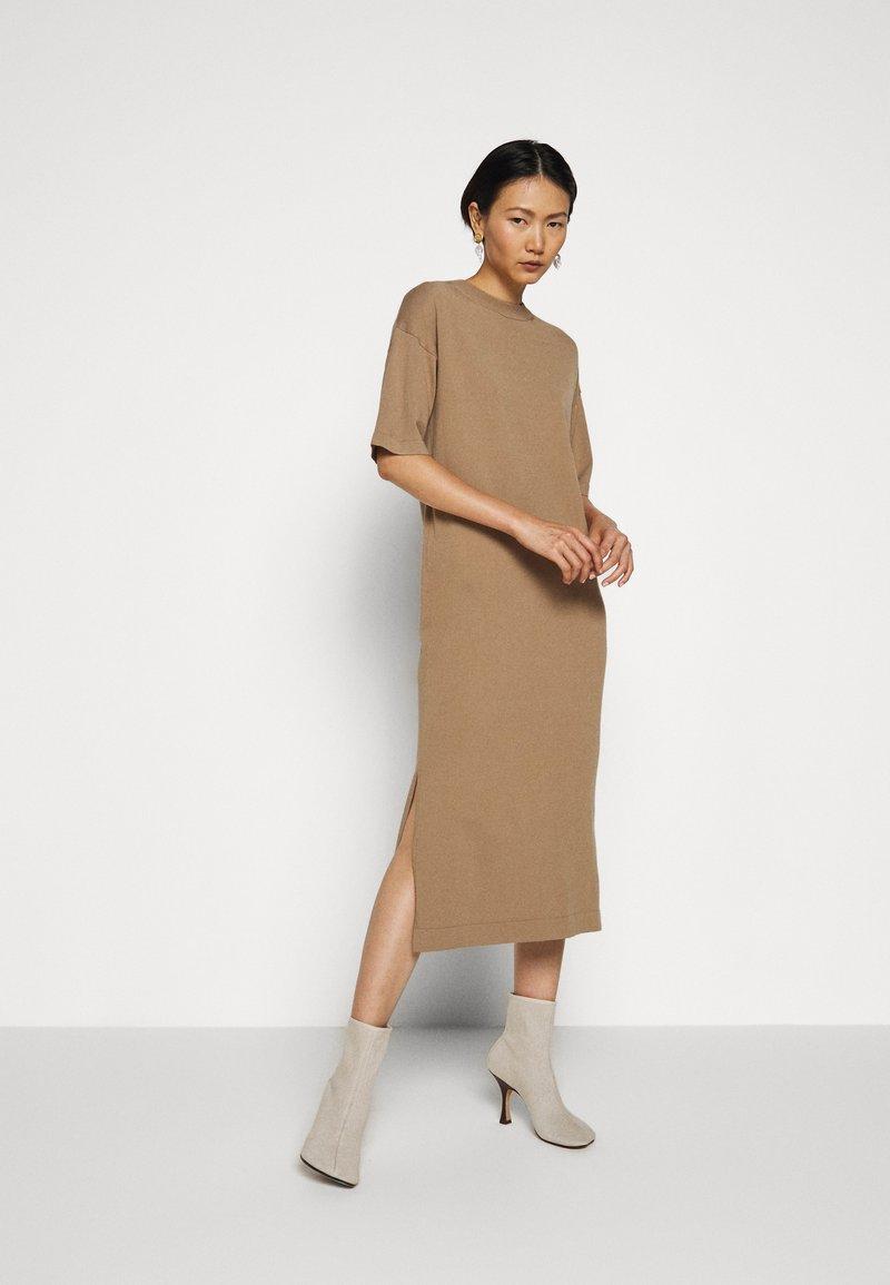 WEEKEND MaxMara - ONDA - Pletené šaty - kamel