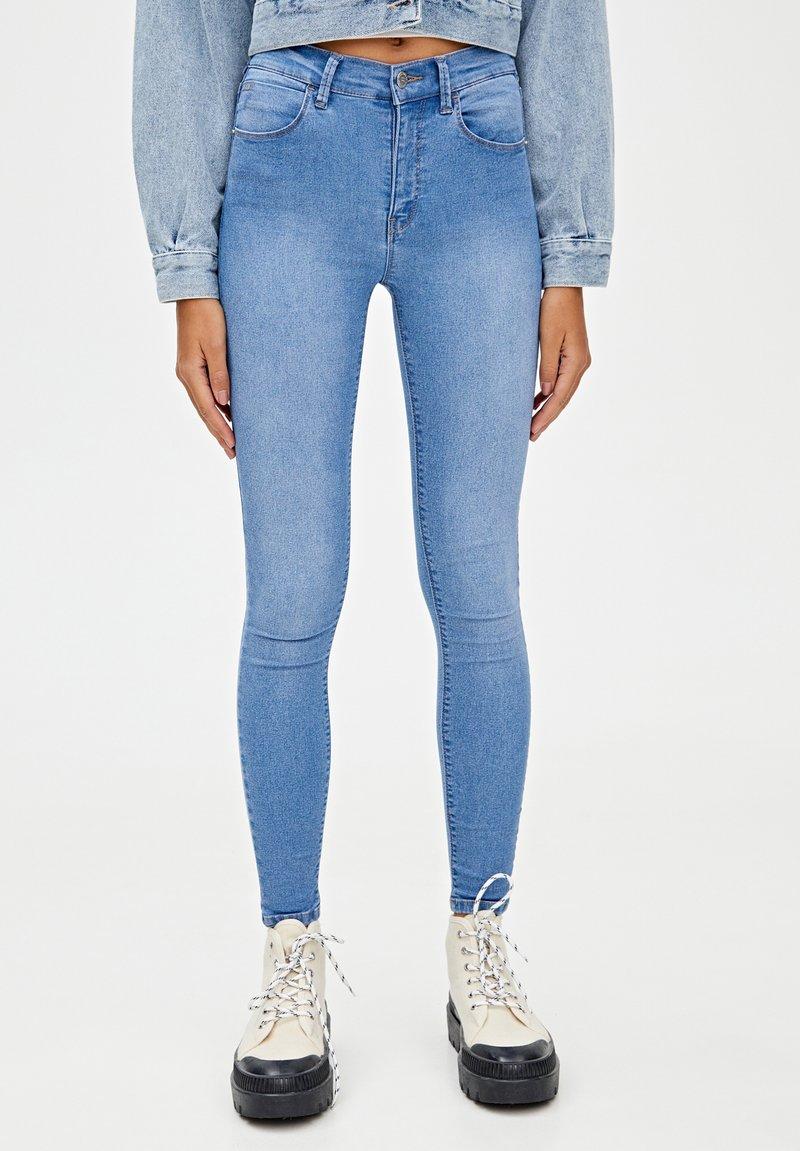 PULL&BEAR - MIT HALBHOHEM BUND - Jeans Skinny Fit - light blue