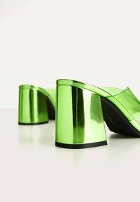Bershka - MIT VINYL-ABSATZ - Mules à talons - green - 6