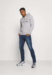 Jack & Jones - JJHERO HOOD - Mikina s kapucí - light grey melange - 1