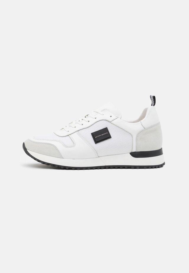 RUN METAL - Sneakersy niskie - white