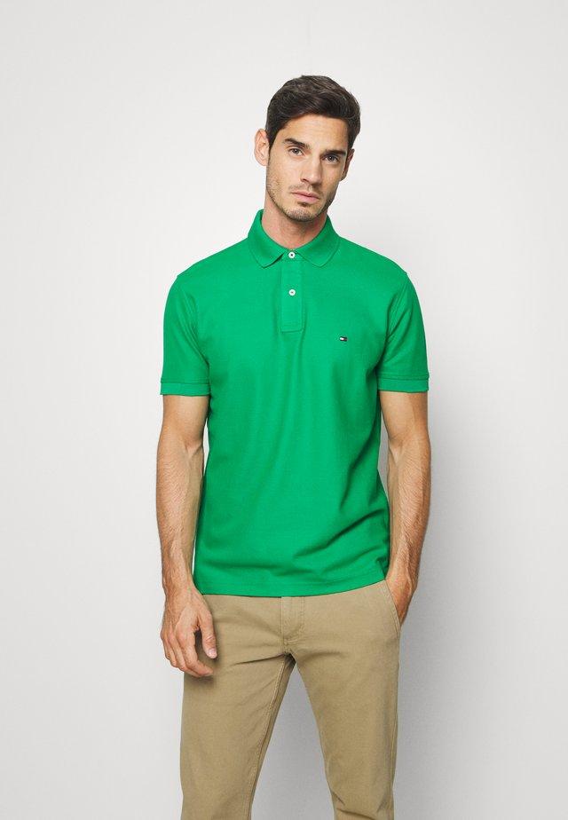 REGULAR - Koszulka polo - green