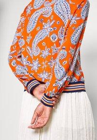 Emily van den Bergh - Bluser - orange/blue - 5