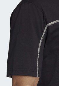 adidas Originals - R.Y.V. T-SHIRT - T-shirts med print - black - 6