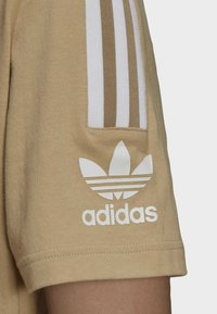 adidas Originals - T-shirt med print - beige - 4