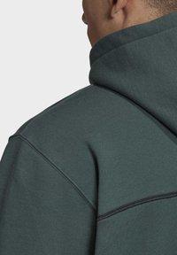 adidas Originals - R.Y.V. HOODIE - Jersey con capucha - green - 6