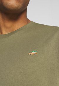 REVOLUTION - Print T-shirt - army - 7