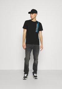 Alessandro Zavetti - VERSEO TEE - Print T-shirt - black - 1