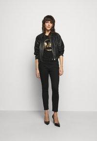 MICHAEL Michael Kors - Camiseta estampada - black/antique brass - 1