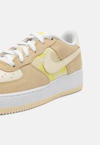 Nike Sportswear - AIR FORCE 1 UNISEX - Sneakers laag - lemon drop/cashmere/white/yellow strike - 4