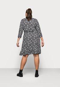 ONLY Carmakoma - CARLOLLIB KNEE WRAP DRESS - Robe d'été - black/cloud dancer - 2