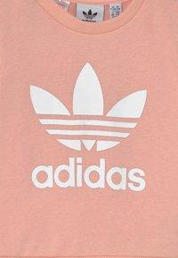 adidas Originals - CREW SET UNISEX - Trainingspak - haze coral/white - 3
