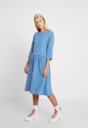 BRETAGNE DUALLA - Pletené šaty - blue/ecru