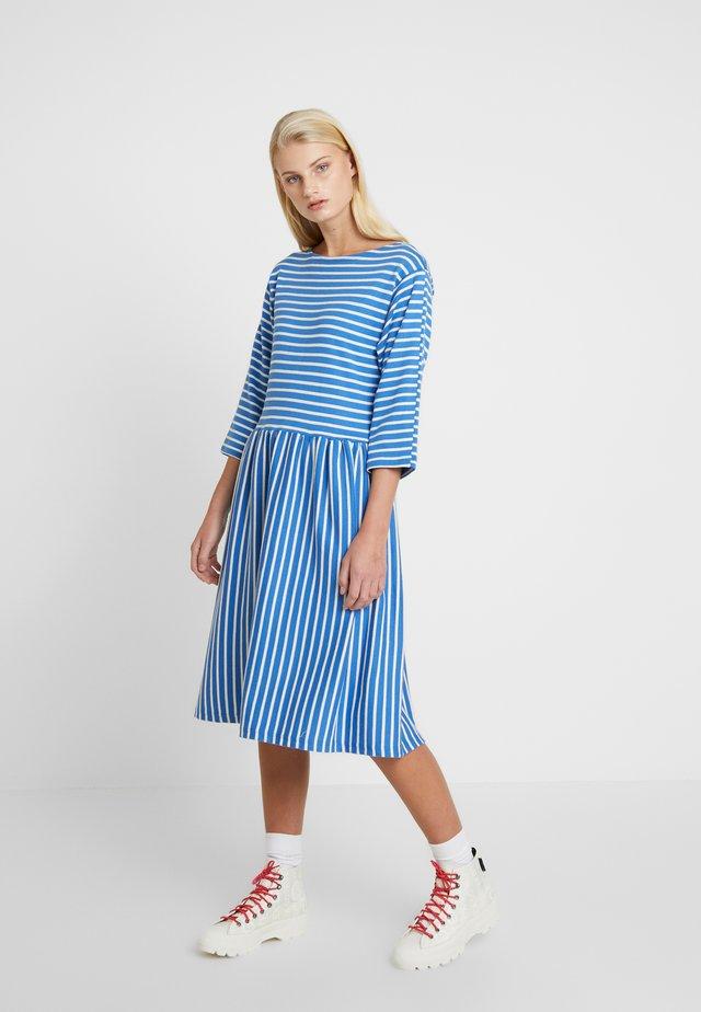 BRETAGNE DUALLA - Vestido de punto - blue/ecru