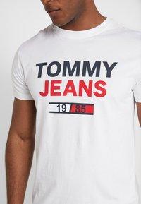 Tommy Jeans - LOGO TEE - Camiseta estampada - classic white - 5