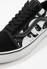 Vans - OLD SKOOL - Sneakersy niskie - black/true white - 6