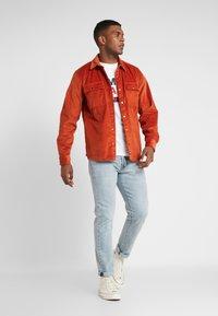 Tommy Jeans - LOGO TEE - Camiseta estampada - classic white - 1