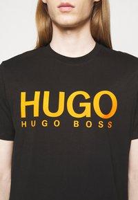 HUGO - DOLIVE - Printtipaita - black - 5
