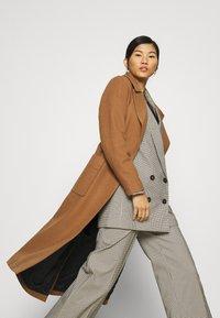 JUST FEMALE - LEOLA COAT - Zimní kabát - walnut - 3