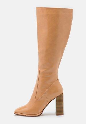 IVONE - Højhælede støvler - beige