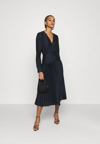 Scotch & Soda - FEMININE DRESS WITH PLEATED SKIRT IN STRUCTURED QUALITY - Cocktail dress / Party dress - night - 1