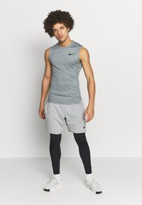 Nike Performance - M NP TOP SL TIGHT - Camiseta de deporte - smoke grey/light smoke grey/black - 1