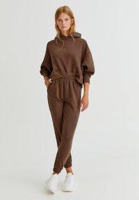 PULL&BEAR - BASIC-JOGGER - Tracksuit bottoms - brown - 1