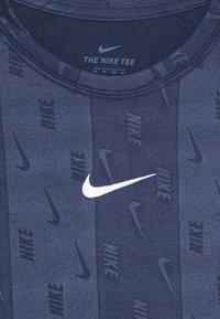Nike Performance - DRY TEE RETRO SOCCER - Triko spotiskem - midnight navy - 2