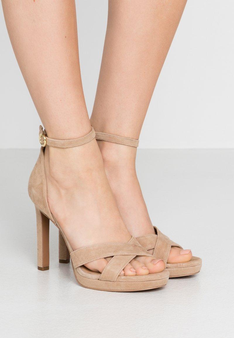 MICHAEL Michael Kors - ALEXIA - Sandály na vysokém podpatku - sahara