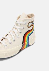 Converse - CHUCK 70 PRIDE UNISEX - Zapatillas altas - egret/multi/white - 6