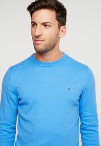 Tommy Hilfiger - PIMA CREW NECK - Stickad tröja - blue - 4