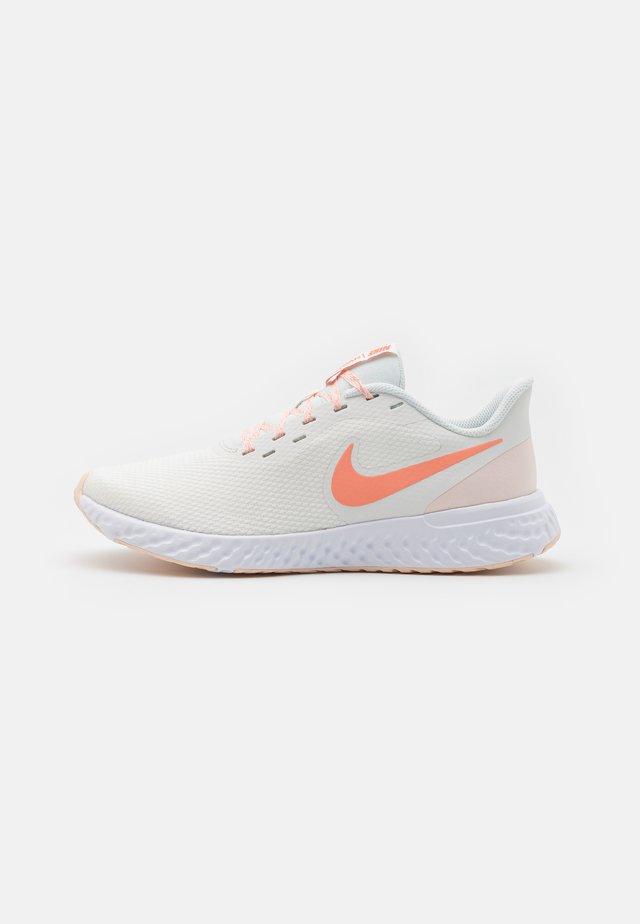 REVOLUTION 5 - Zapatillas de running neutras - summit white/crimson bliss/orange pearl/white