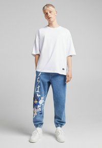 Bershka - NARUTO - Jeansy Relaxed Fit - blue denim - 1