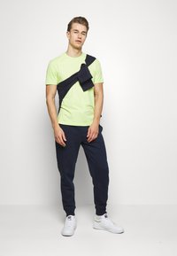 Farah - DENNIS SOLID TEE - T-shirts print - acid green - 1