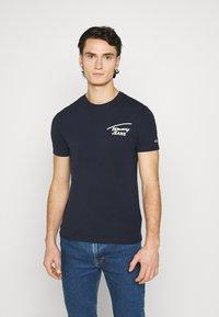 Tommy Jeans - STRETCH CHEST LOGO TEE  - T-shirt z nadrukiem - twilight navy - 0