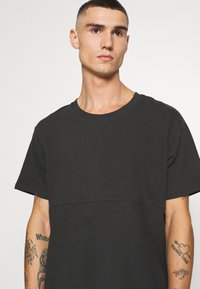 Jack & Jones - JCOOTTO TEE CREW NECK - T-shirt - bas - pirate black - 4