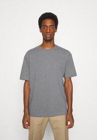 Selected Homme - SLHLOOSEGILMAN O NECK TEE - Basic T-shirt - medium grey melange - 0