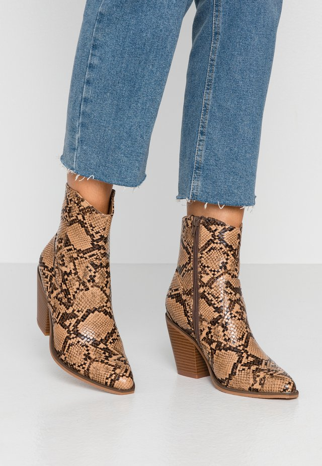 ONLBLAKE STRUCTURED HEELED BOOT - Botki na obcasie - brown