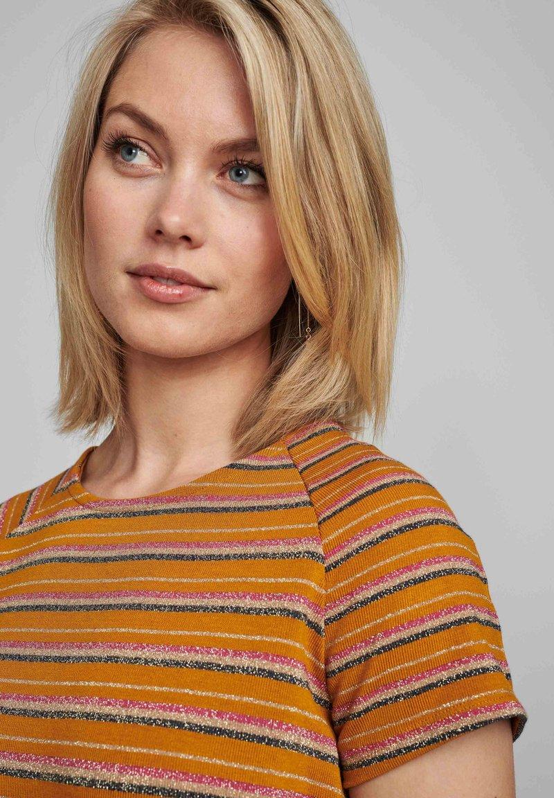 Nümph - NUBUNTY - Print T-shirt - buckthorn brown