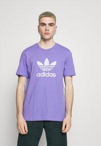 adidas Originals - TREFOIL UNISEX - Camiseta estampada - light purple/white - 0
