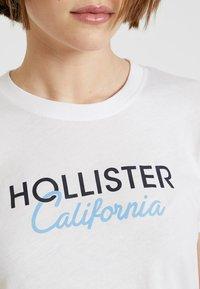 Hollister Co. - CORE PRINTED LOGO TEE - Triko spotiskem - white - 5