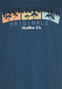 Jack & Jones - JORCABANA TEE CREW NECK - Print T-shirt - ensign blue - 2