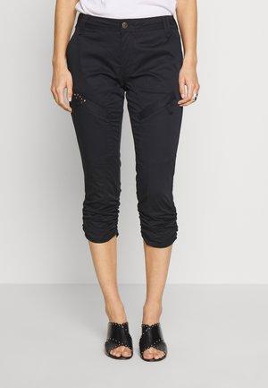 CUMILLE CAPRI MALOU FIT - Shorts - black