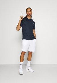 Lacoste Sport - TENNIS SHORT - Urheilushortsit - white/navy blue - 1