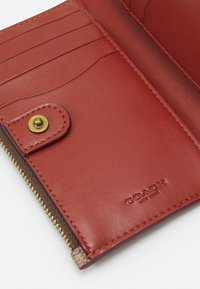 Coach - SIGNATURE ZIP CHAIN CARD CASE - Wallet - tan/rust - 3