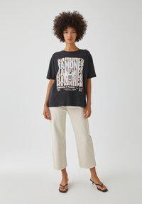 PULL&BEAR - MIT RAMONES-POSTER - Print T-shirt - dark grey - 1