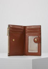 DKNY - BRYANT BIFOLD HOLDER - Wallet - chino caramel - 5