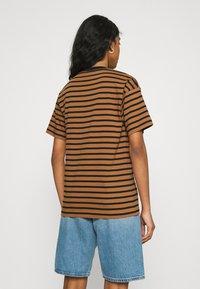 Carhartt WIP - ROBIE - Print T-shirt - robie/rum/black - 2